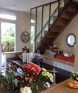 Intérieur cosy, terrasse et jardin agréable en été - ポワチエ