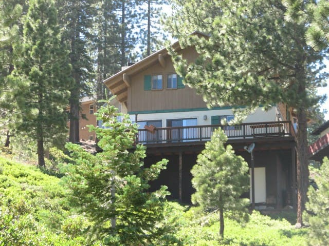 Lake tahoe cozy mtn cabin w hot tub houses for rent in for Cabin rentals in nevada