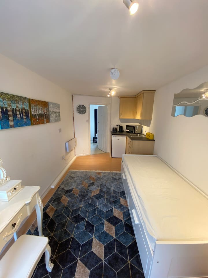Lovely Flat - Excellent Location & Free Parking!