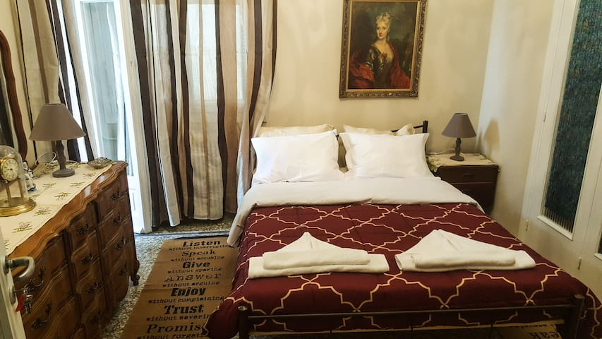 TRADITIONAL ROOM IN ATHENS 2