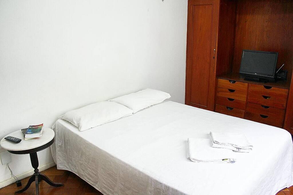 Quarto 2 - Cama de casal, rede e colchão no chão.