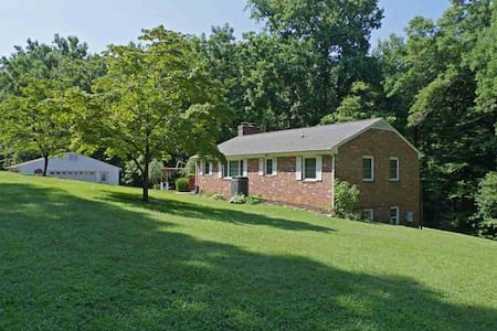 Private floor in rural house near the airport/city - Charlottesville - Haus