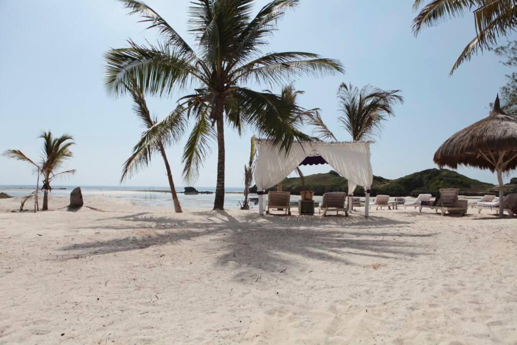 spiaggia privata con le tende a disposizione degli ospiti