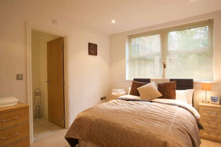2 bed / 2 bath apartment in central Camberley town - Camberley