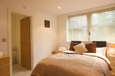 2 bed / 2 bath apartment in central Camberley town - Camberley - 公寓