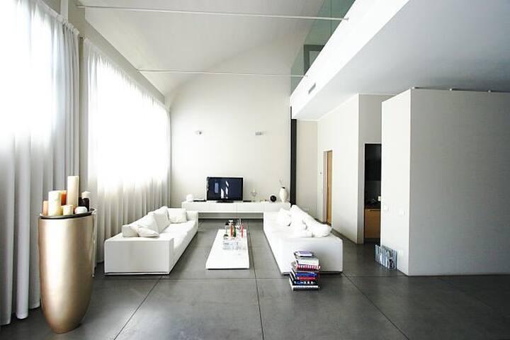 Elegant, full of light..loft Milan