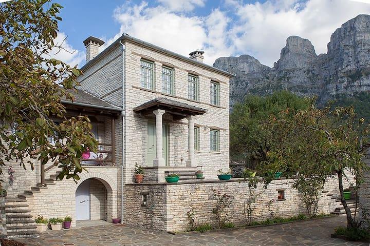 """Παραδοσιακό σπίτι """"Μπίμτσα"""" - Papingo - Huis"""