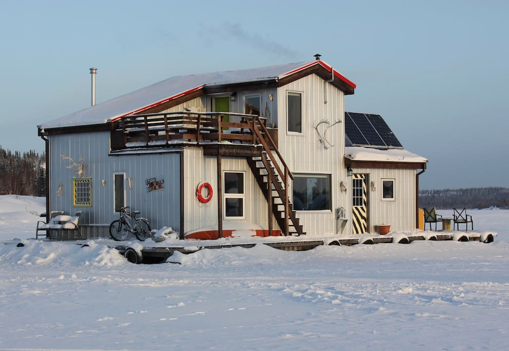 Main houseboat in winter. Taxis will come to our door. Park your rental car by your room.