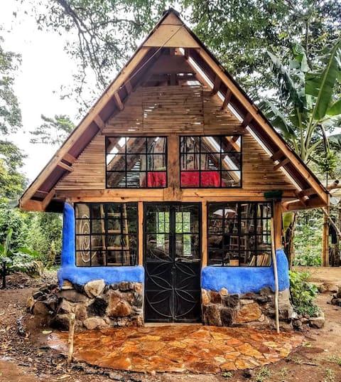 Unique Cob Cabaña en El Bosque Nuboso