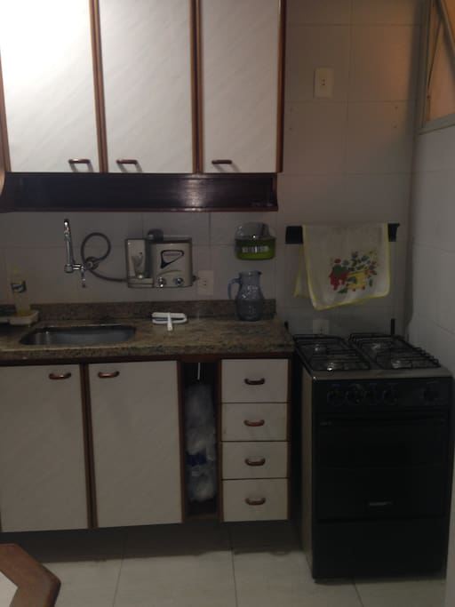 Cozinha completa com fogão, geladeira, forno elétrico e filtro elétrico