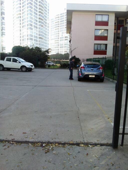 Estacionamiento amplio con posibilidad de un segundo auto