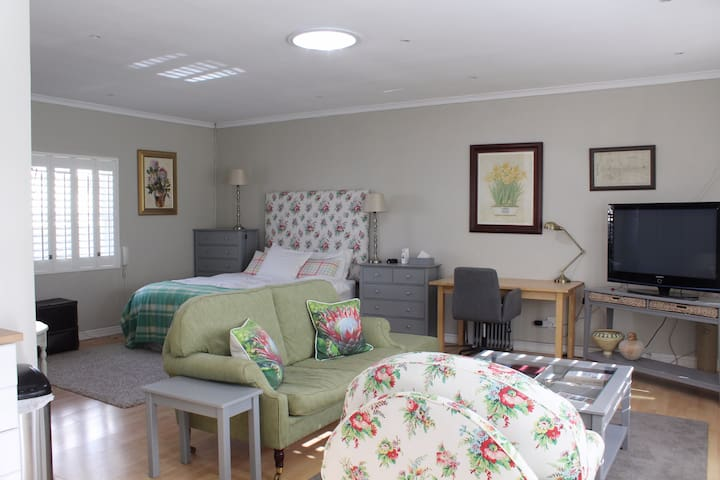 Spacious guest suite in upmarket Walmer home