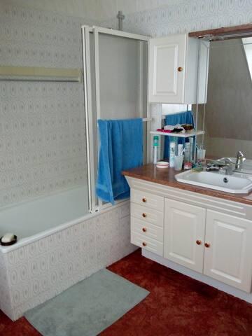 La salle de bain, avec baignoire.