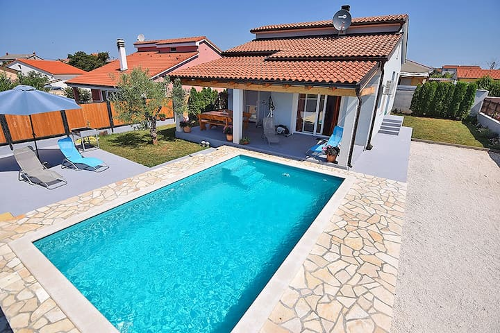 Holiday house ENZA for 6 with pool - Pula - Huis