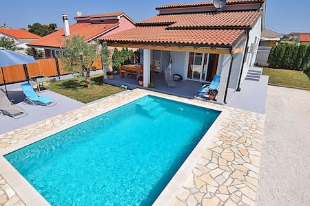 Holiday house ENZA for 6 with pool - Pula