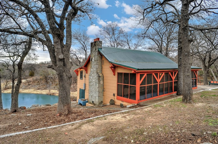 Rustic Log Cabin @ Lake Texoma On Waters Edge