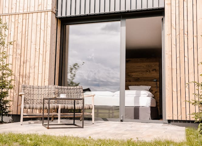 Landgasthof Lenderstuben (Balzhausen), stilvolles Familienzimmer mit Terrasse ins Grüne