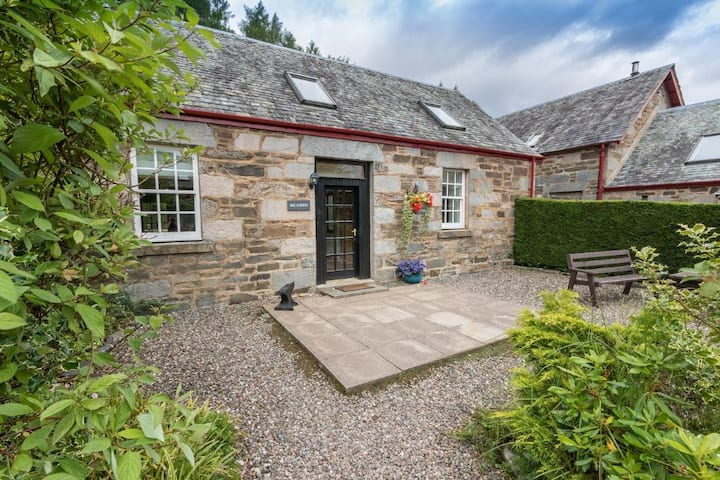 Mains of Taymouth, Kenmore - 4* Smiddy Cottage, sleep 5 with hot tub and log burning stove
