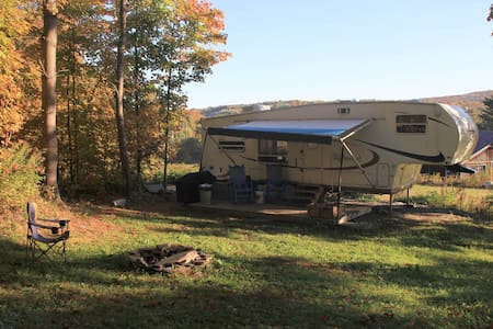 Secluded RV Retreat on small hobby farm - Brookfield - Camper/RV