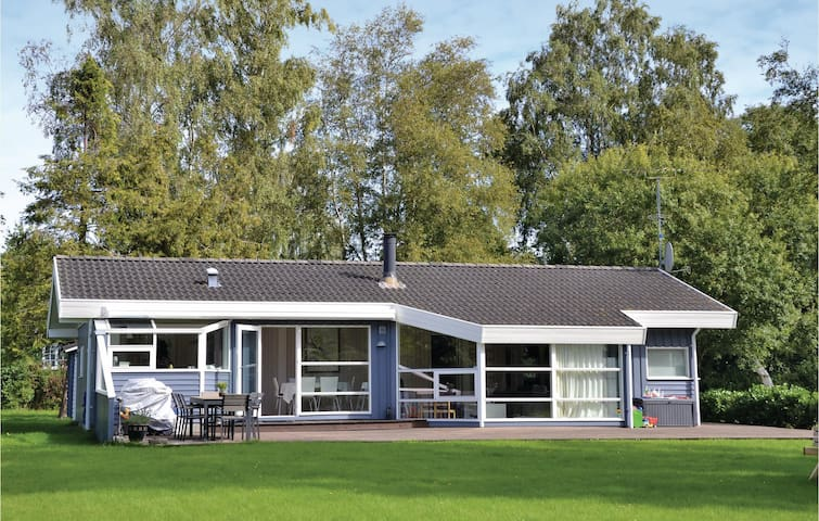 Holiday cottage with 3 bedrooms on 91 m² in Dronningmølle
