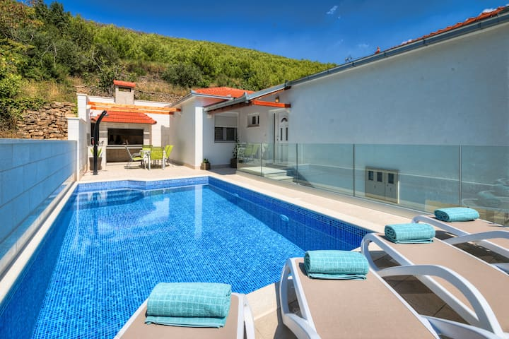 Loris - privacy and private pool close to Split - Žrnovnica