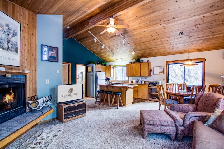 Great Spot Close to Village, Hot Tub, Wood Fireplace, Free SHARC Pass-COYO 02| Sleeps: 3 Bedroom, 2 Bathroom