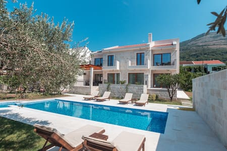 Luxury Vacation Home with a Pool  in Buljarica