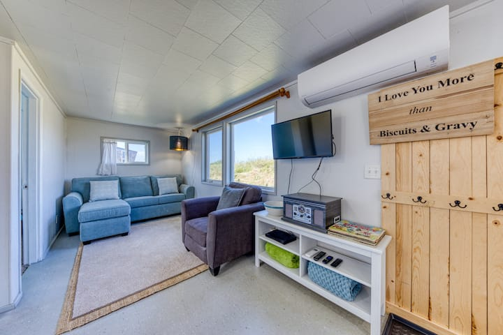 New listing! Adorable dog-friendly, oceanfront home with WiFi, washer/dryer!