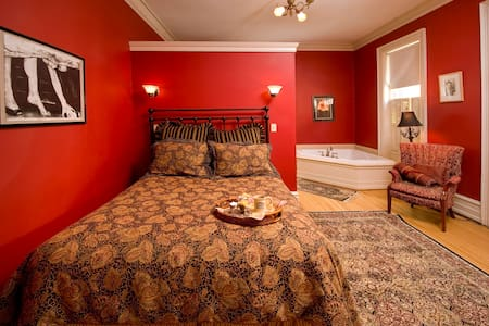 Historic Bed and Breakfast - Red Room - Williamsport - Bed & Breakfast
