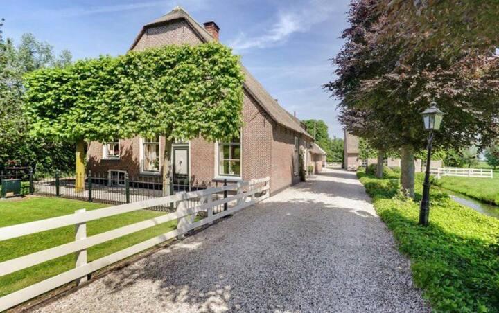 Monumentaal gerestaureerd voorhuis in de Randstad
