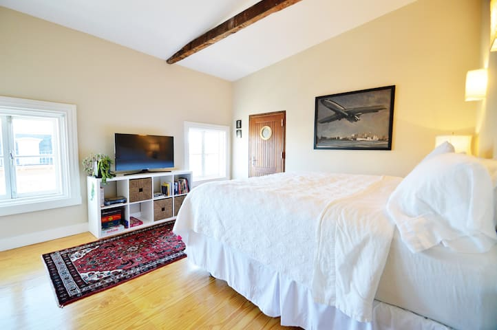 Right on Broadway - Sunny, Private Apartment