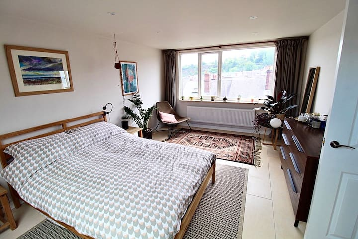 Very large, modern loft bedroom w/private bathroom