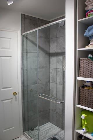 Salle de bain privée. Laveuse et sécheuse.