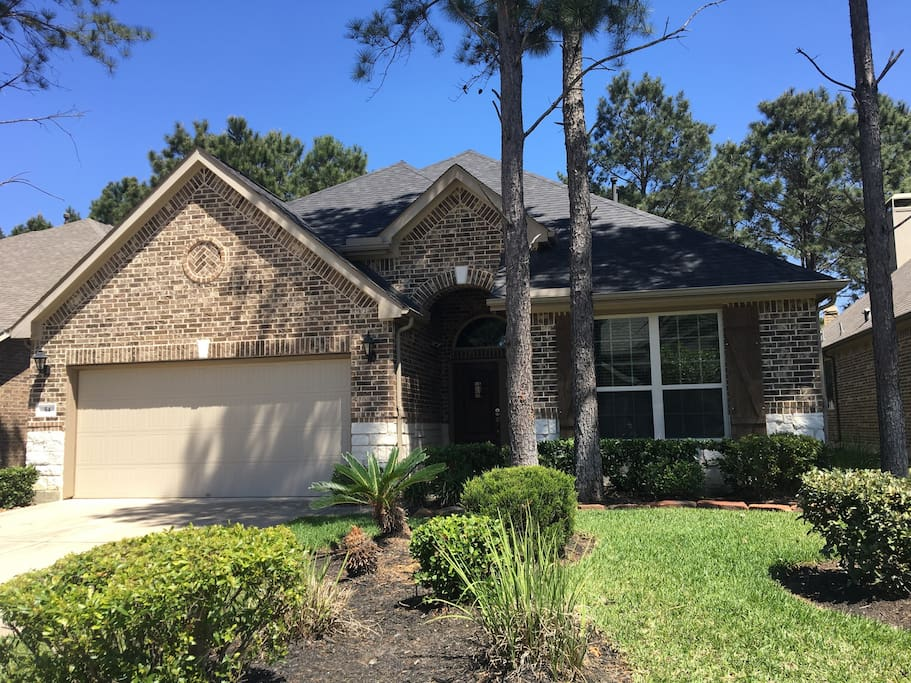 """Great for having a relaxing and tranquility time, as you walk around the beautiful landscapes and parks. Situated in """"The Woodlands"""" just outside Houston is minutes from the Mall, Market Street and The Pavilion. This house is walking distance of HEB, Wallgreens, Wal-Mart and very close of the Rob Fleming Aquatic Center and Wentwoods Aquatic Park at the Village of Creekside Park."""