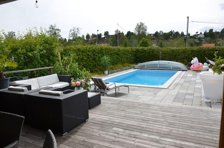 Stort hus med pool i vackra Tyresö
