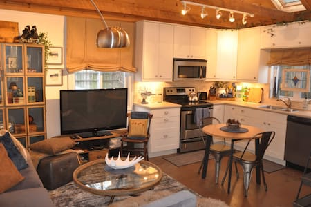Toronto Beaches Industrial Chic Cottage inthe City