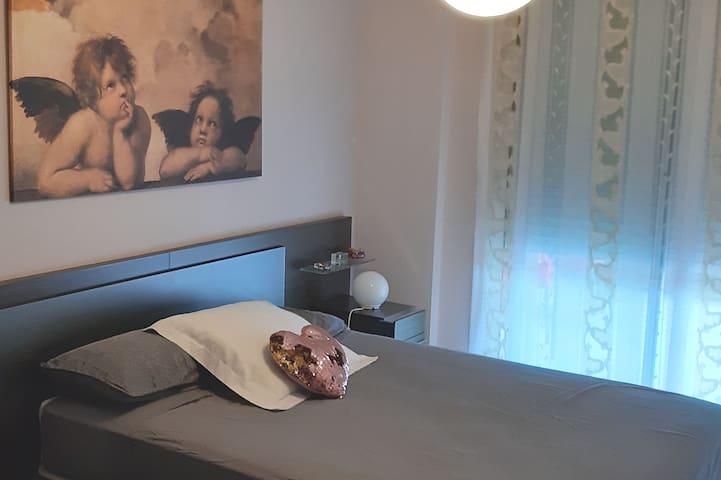 Cama de 150x190 , baño completo en la misma habitación, salida a la terraza con mesa y sillas para uso de los  huéspedes, wifi, aire acondicionado , ropa de cama etc.