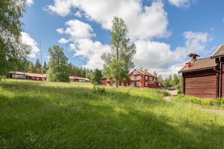 Boende i Landskapshuset (längst till vänster) på Sätergläntan Institutet för slöjd och hantverk