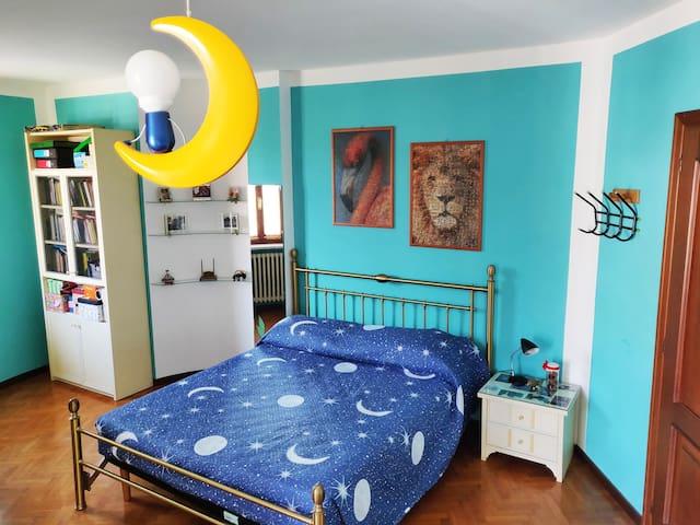 La stanza con il suo comodo letto matrimoniale.