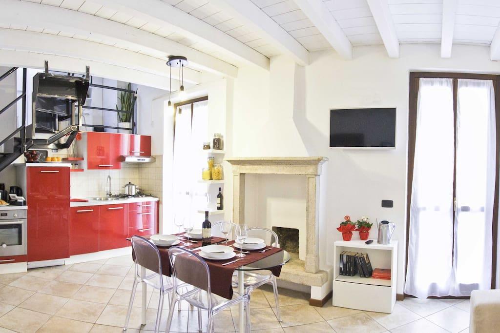 Il soggiorno ha una cucina attrezzata e un camino ornamentale