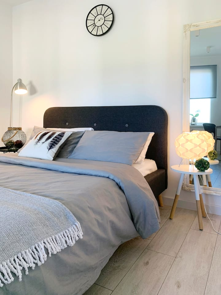 Белая и стильная квартира с отдельной спальней
