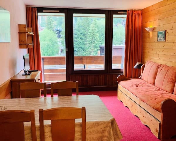 Comfortable studio with mountain corner for 4 people situated in Val d'Isère, just a few steps away from the slopes and very close to the centre