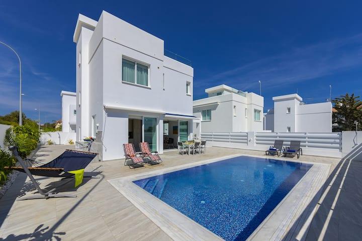 Araella, Near Green Bay Beach, Modern, Privet Pool