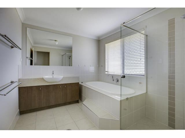 Executive 5 Bedroom Home -Air Conditioning