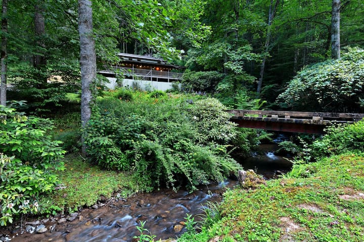 Secluded, dog-friendly home w/ outdoor dining area, & a fire pit near WCU!