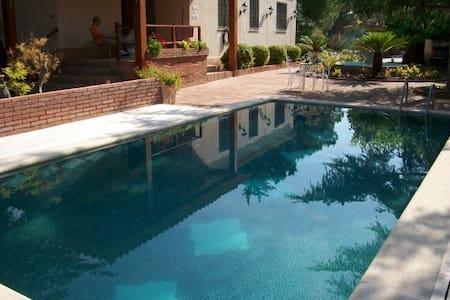 Casa Rural, jardín piscina y bosque - Vallmoll