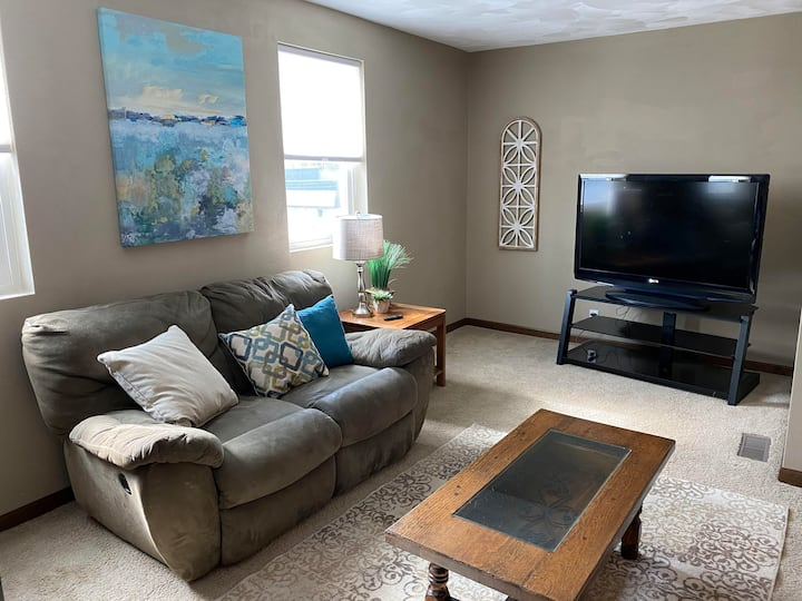 Amazing 2nd floor Main St Apt w/ Fiber Optic Wifi.