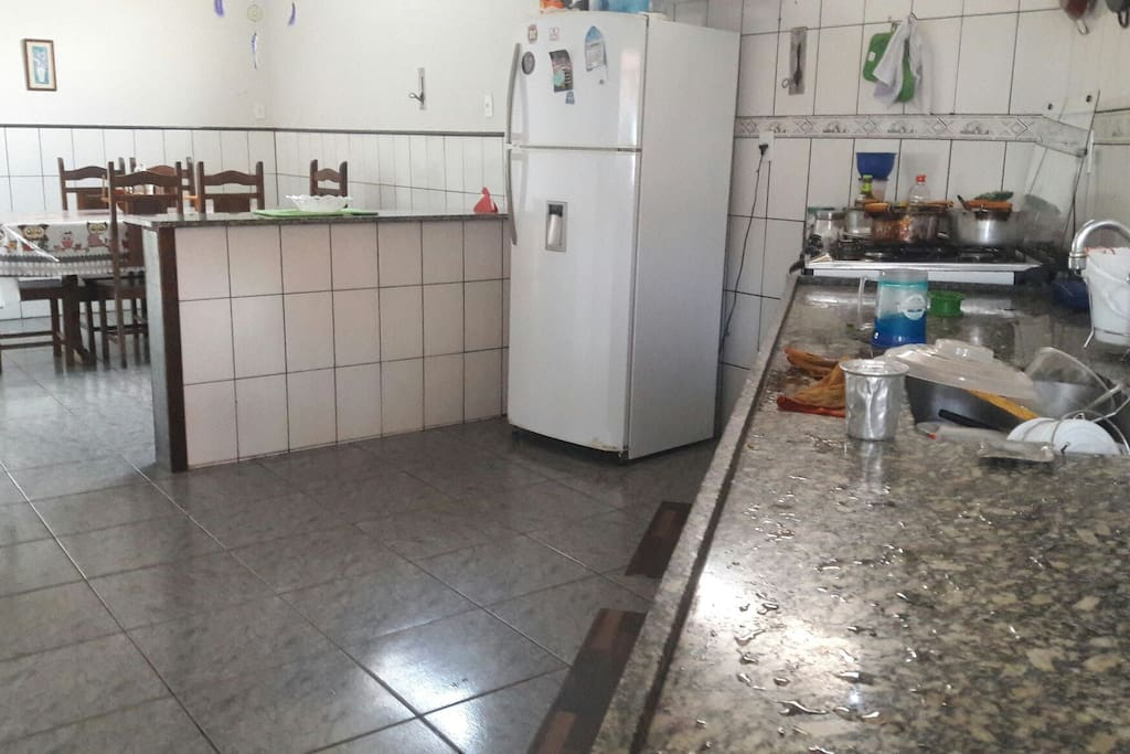 cozinha completa ( geladeira,  micro-ondas, fogão, mistura, liquidificador e todos os utensílios de cozinha