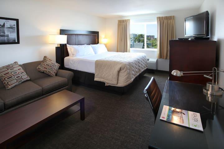 King bed w/sofa bed- POOL- breakfast
