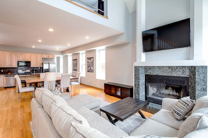Luxury Penthouse: Private Patio, Great for Groups!
